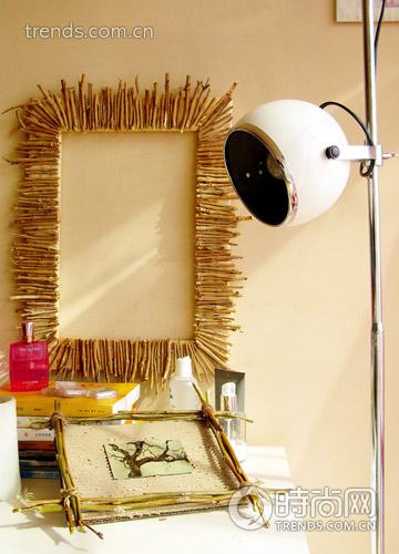 也可以将锯好的树枝整理成捆状,用麻绳捆绑并粘贴在瓦楞纸周围,变化为